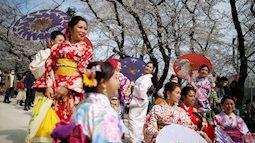 Bỏ ngoài tai những khuyến cáo về dịch bệnh Covid-19, hàng ngàn người dân Nhật vẫn tụ tập ngắm hoa anh đào và xem kickboxing