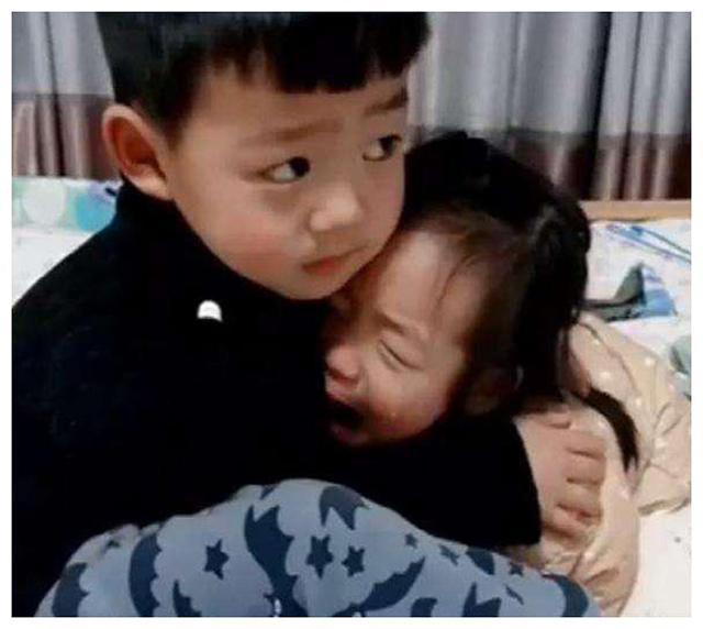 Bé gái bị mẹ mắng khóc nức nở, anh trai vỗ về an ủi khiến cộng đồng mạng tan chảy - Ảnh 3.