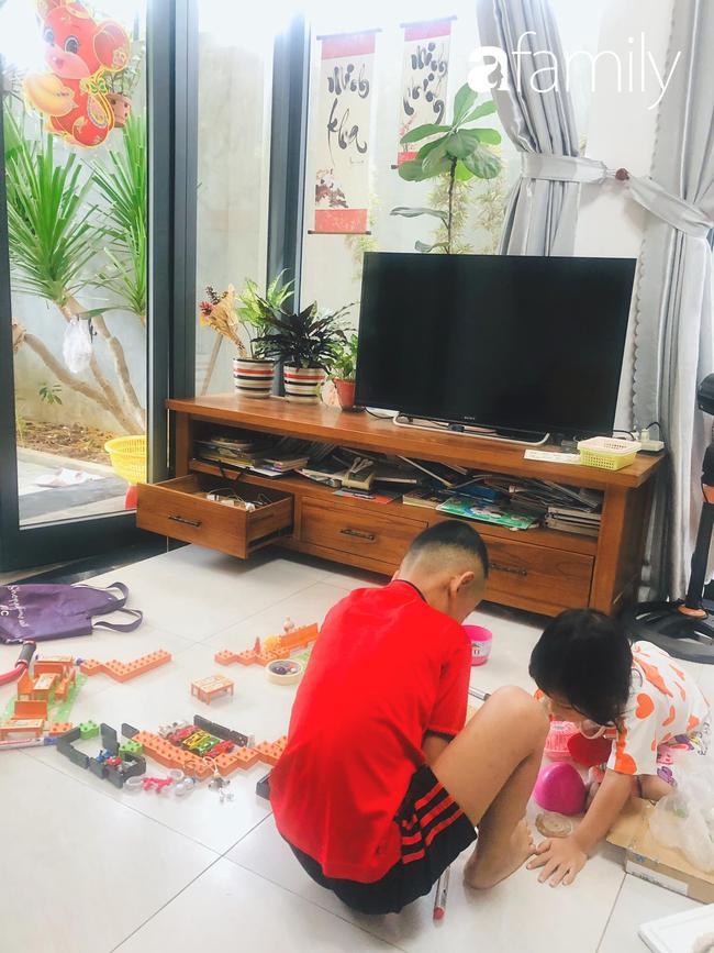 Đem cho hết đồ chơi của các con, mẹ Đà Nẵng vẫn khiến 2 bé chưa một lần kêu chán khi nghỉ phòng dịch Covid-19 và lý do thú vị - Ảnh 4.