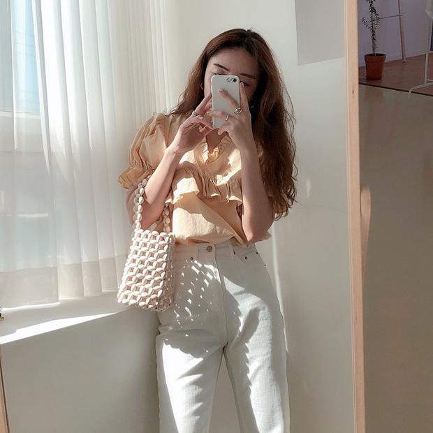 """Kiểu áo """"bánh bèo động trời"""" được gái Hàn xem như chân ái, mix đồ hiện đại mà không thắm mới hay - Ảnh 10."""