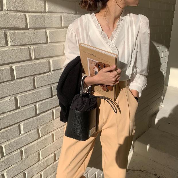 """Kiểu áo """"bánh bèo động trời"""" được gái Hàn xem như chân ái, mix đồ hiện đại mà không thắm mới hay - Ảnh 12."""