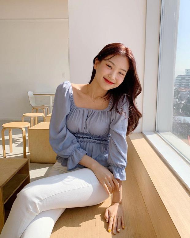 """Kiểu áo """"bánh bèo động trời"""" được gái Hàn xem như chân ái, mix đồ hiện đại mà không thắm mới hay - Ảnh 7."""