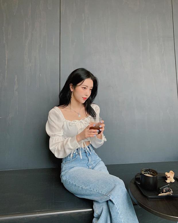 """Kiểu áo """"bánh bèo động trời"""" được gái Hàn xem như chân ái, mix đồ hiện đại mà không thắm mới hay - Ảnh 5."""