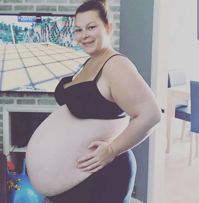 Hình ảnh bụng bầu mang thai đôi, thai ba là minh chứng cho thấy mẹ đã mạnh mẽ như thế nào, khiến nhiều ai nhìn thôi cũng thấy xót xa - Ảnh 4.