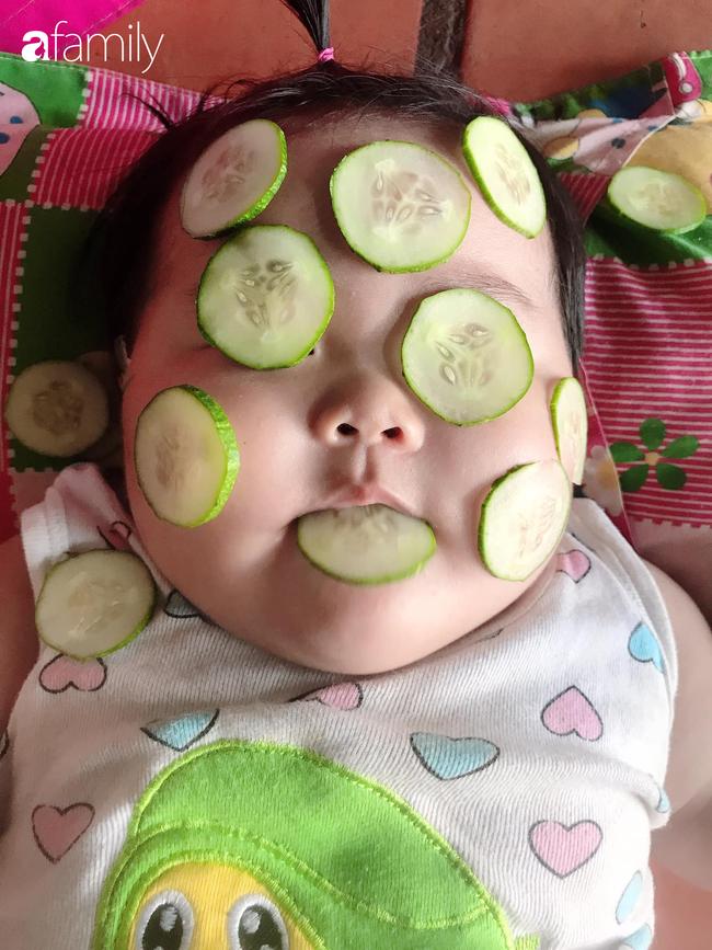 Đang được mẹ đắp mặt nạ dưa leo, bé gái bất ngờ lén lút làm một điều khiến ai thấy cũng phải cười nghiêng ngả - Ảnh 1.