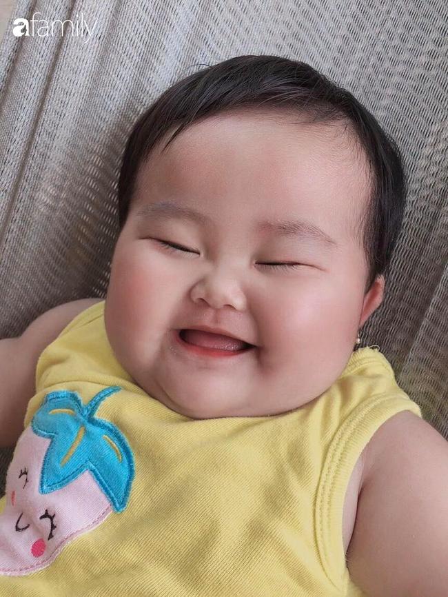 Đang được mẹ đắp mặt nạ dưa leo, bé gái bất ngờ lén lút làm một điều khiến ai thấy cũng phải cười nghiêng ngả - Ảnh 7.