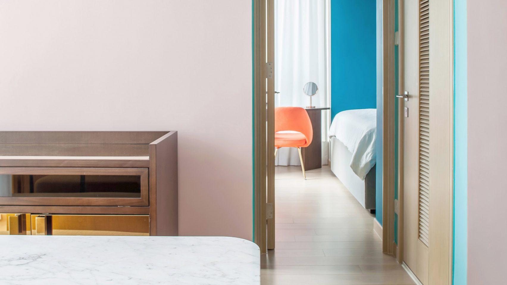 Thiết kế căn hộ với tường và đồ nội thất có màu rực rỡ dành riêng cho chủ nhân thiết kế thời trang - Ảnh 1.