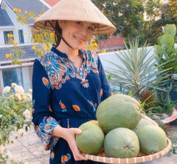 Bà xã MC Quyền Linh khoe vườn hoa, nhưng ai cũng dán mắt vào 2 cô con gái xinh đẹp, cao ráo như hoa hậu tương lai - Ảnh 1.