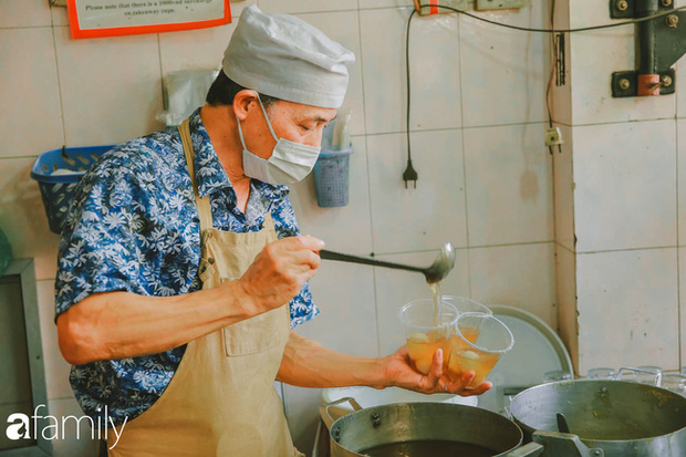 Phố phường vắng tanh nhưng những quán bánh trôi bánh chay nổi tiếng Hà thành vẫn đông người đến mua trước ngày Tết Hàn thực - Ảnh 1.