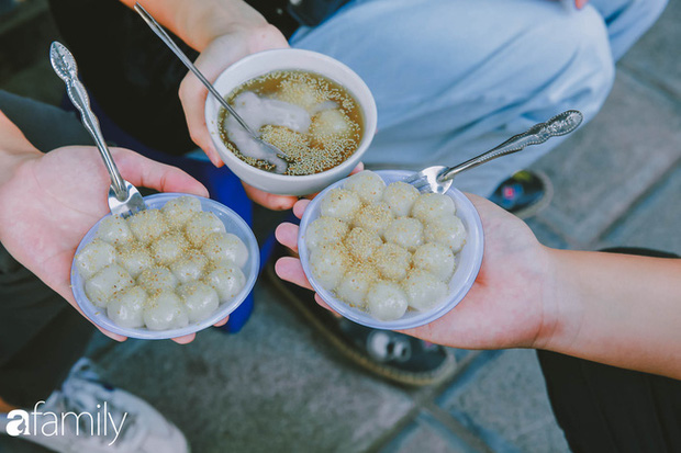 Phố phường vắng tanh nhưng những quán bánh trôi bánh chay nổi tiếng Hà thành vẫn đông người đến mua trước ngày Tết Hàn thực - Ảnh 6.