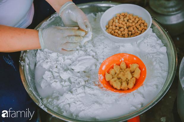 Phố phường vắng tanh nhưng những quán bánh trôi bánh chay nổi tiếng Hà thành vẫn đông người đến mua trước ngày Tết Hàn thực - Ảnh 10.