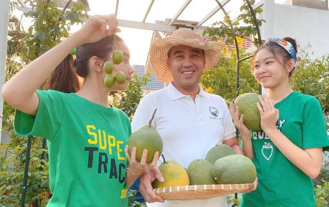 Bà xã Quyền Linh khoe thành quả thu hoạch hoa trái sai trĩu trong căn biệt thự 21 tỷ, được cả chồng lẫn 2 cô con gái xinh đẹp phụ giúp - Ảnh 8.