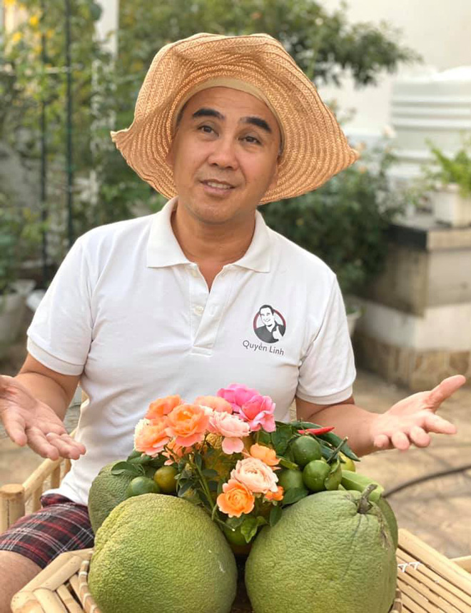 Bà xã Quyền Linh khoe thành quả thu hoạch hoa trái sai trĩu trong căn biệt thự 21 tỷ, được cả chồng lẫn 2 cô con gái xinh đẹp phụ giúp - Ảnh 9.