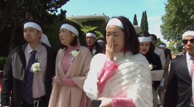 Lễ tang danh ca Thái Thanh: Chỉ có người thân, công chúng chia buồn qua livestream, Ý Lan gục bên quan tài mẹ - Ảnh 6.