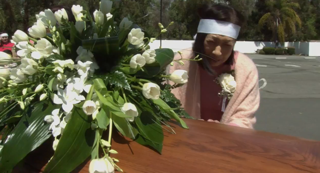 Lễ tang danh ca Thái Thanh: Chỉ có người thân, công chúng chia buồn qua livestream, Ý Lan gục bên quan tài mẹ - Ảnh 7.