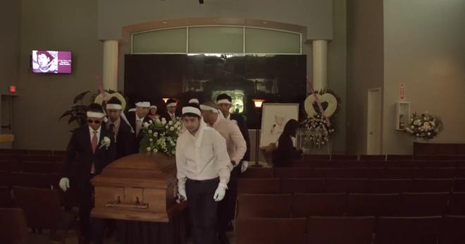 Lễ tang danh ca Thái Thanh: Chỉ có người thân, công chúng chia buồn qua livestream, Ý Lan gục bên quan tài mẹ - Ảnh 4.