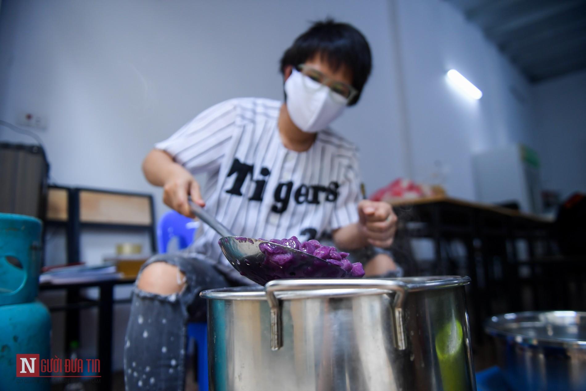 Người phụ nữ nấu hàng trăm suất cơm, chè miễn phí cho y, bác sĩ chống dịch COVID-19 - Ảnh 4.