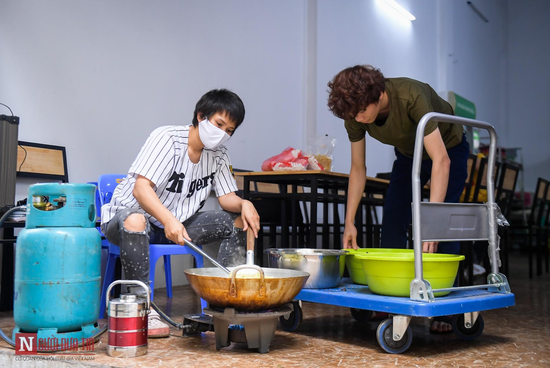 Người phụ nữ nấu hàng trăm suất cơm, chè miễn phí cho y, bác sĩ chống dịch COVID-19 - Ảnh 2.