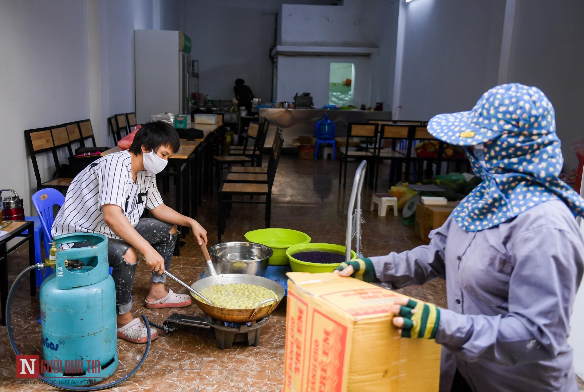 Người phụ nữ nấu hàng trăm suất cơm, chè miễn phí cho y, bác sĩ chống dịch COVID-19 - Ảnh 1.