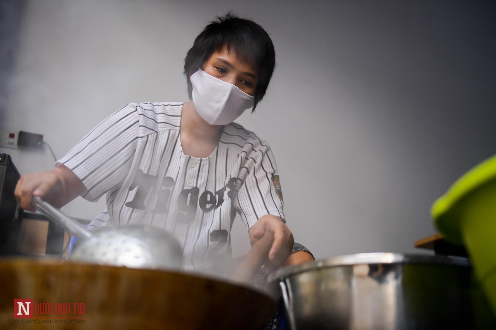 Người phụ nữ nấu hàng trăm suất cơm, chè miễn phí cho y, bác sĩ chống dịch COVID-19 - Ảnh 6.