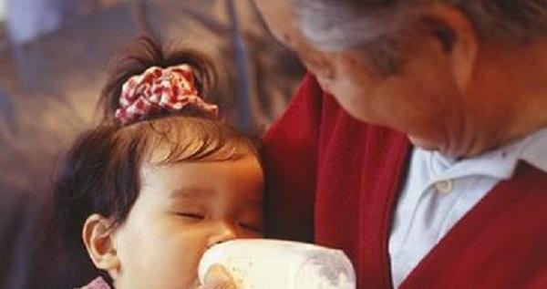 Con nhỏ 1 tuổi nhất quyết không uống sữa do bố mẹ pha nhưng bình sữa bà nội đưa thì tu cạn sạch, người mẹ hốt hoảng khi khám phá ra