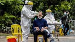 Ảnh: Cận cảnh lấy mẫu dịch xét nghiệm SARS-CoV-2 tại chỗ cho 41 F1, nơi bệnh nhân 243 sinh sống ở Hà Nội
