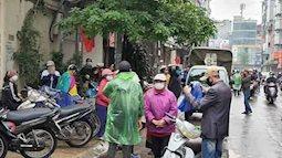 Hà Nội: Giải tán đám đông, quà từ thiện được trao tận tay người nghèo