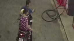 Đi đổ xăng, người phụ nữ vứt tiền xuống đất trả nhân viên rồi cùng chồng phóng xe rời đi gây tranh cãi