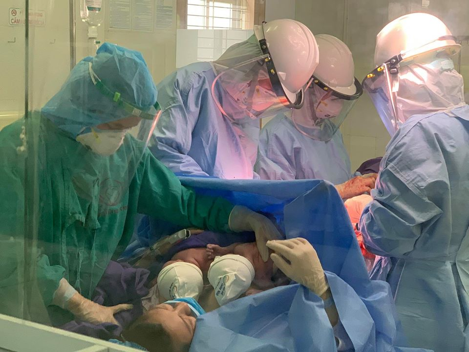 Quảng Ninh: Cặp song sinh chào đời trong phòng cách ly Covid-19 được kiểm soát nhiễm khuẩn chặt chẽ - Ảnh 4.