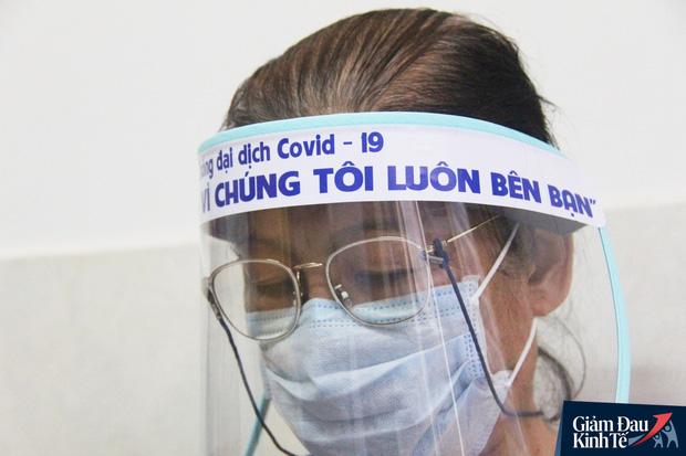 Gặp nữ tiểu thương Sài Gòn xuất hiện trên loạt báo quốc tế khi cùng nhóm bạn tự làm hơn 1.500 chiếc mặt nạ ngăn giọt bắn, tặng các y bác sĩ chống dịch Covid-19 - Ảnh 11.