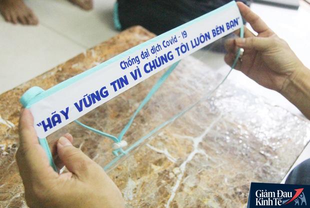 Gặp nữ tiểu thương Sài Gòn xuất hiện trên loạt báo quốc tế khi cùng nhóm bạn tự làm hơn 1.500 chiếc mặt nạ ngăn giọt bắn, tặng các y bác sĩ chống dịch Covid-19 - Ảnh 6.