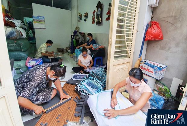 Gặp nữ tiểu thương Sài Gòn xuất hiện trên loạt báo quốc tế khi cùng nhóm bạn tự làm hơn 1.500 chiếc mặt nạ ngăn giọt bắn, tặng các y bác sĩ chống dịch Covid-19 - Ảnh 3.