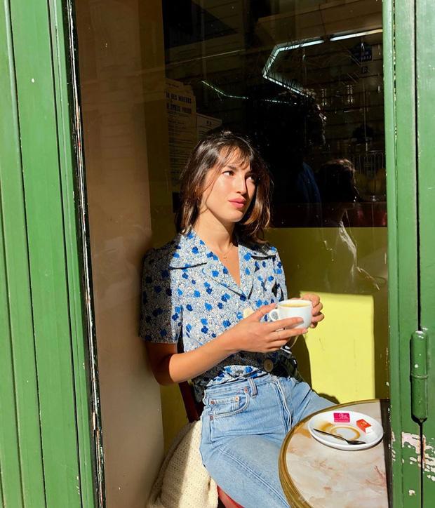 Các người đẹp Pháp thích áo sơ mi ngắn tay cực kỳ, diện lên trẻ trung mà điểm thanh lịch cũng cao ngất - Ảnh 1.