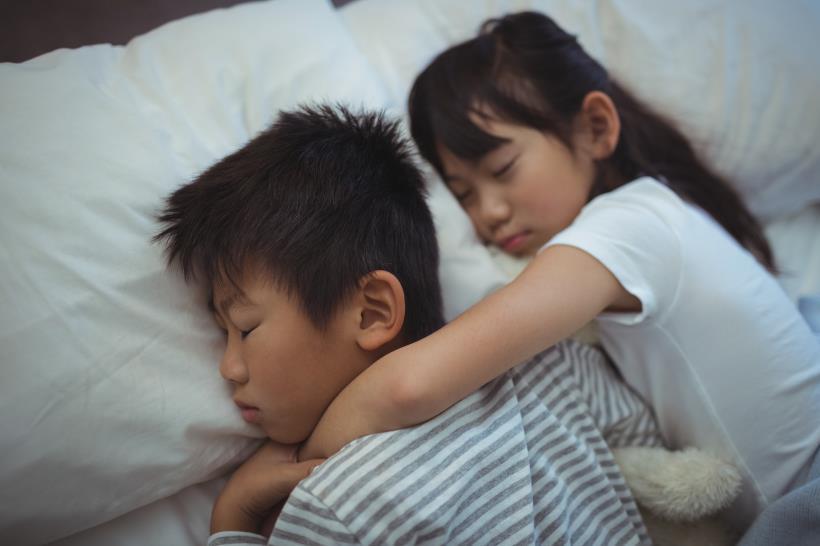 Cho hai con ngủ chung với nhau suốt 11 năm, bà mẹ giật thót mình khi nghe con trai dõng dạc tuyên bố:
