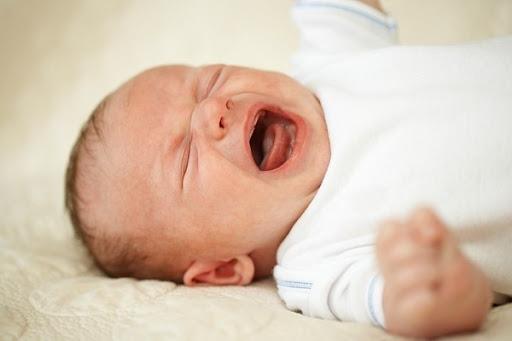 Con 2 tuổi thường xuyên đưa tay lên đầu và khóc, mẹ đưa đi khám, bác sĩ nói: May mà đến kịp! - Ảnh 2.