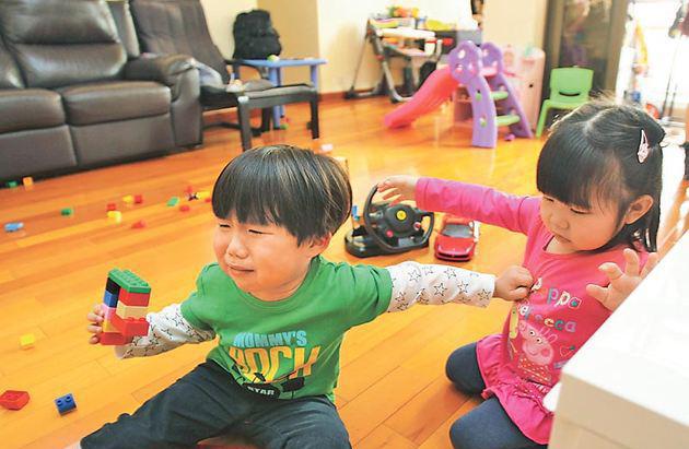 Khi con khăng khăng đòi đồ chơi của bé khác, bố mẹ nên giải quyết thế nào? - Ảnh 2.