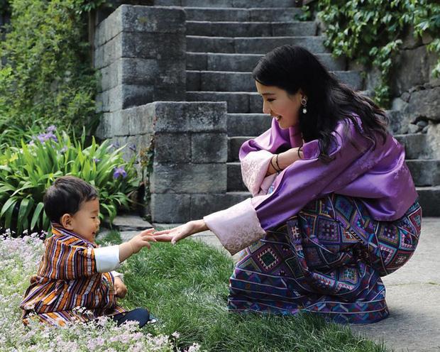 Hoàng hậu vạn người mê Bhutan: Người mẹ coi việc nuôi dưỡng con giống như chăm một cây xanh, tưởng chừng đơn giản nhưng không phải ai cũng làm được - Ảnh 3.