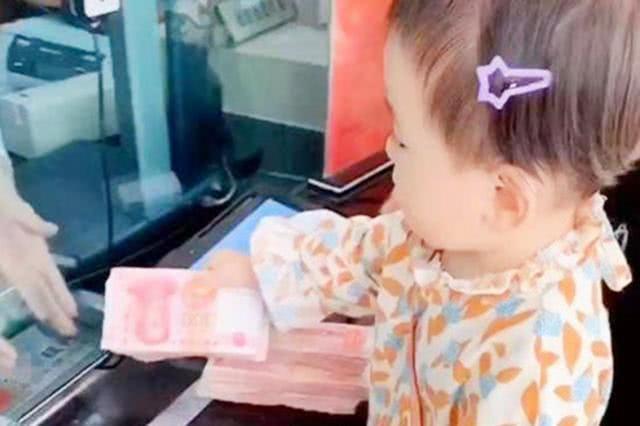 Em bé 4 tuổi khiến mọi người tròn mắt ngạc nhiên vì hành động này tại ngân hàng - Ảnh 1.