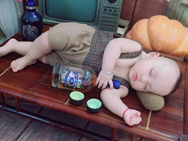 Đang buồn ngủ mà bị bắt đi chụp ảnh, bé 8 tháng ngủ gật ngon lành, bố mẹ làm đủ trò cũng nhất định không dậy - Ảnh 2.