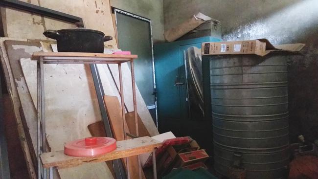 Tài sản trong góc nhà là chiếc thùng đựng thóc trống rỗng và đồ đạc lỉnh kỉnh