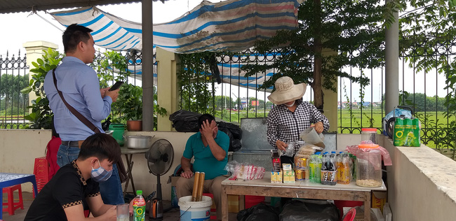Người bán hàng trong sân tòa án nhân dân tỉnh Bắc Giang kể lại lúc cháu bé bị bỏ rơi