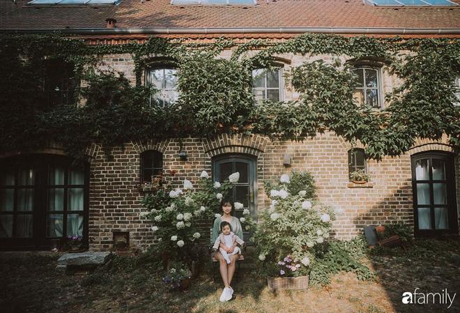 Cuộc sống êm đềm như tranh của đôi vợ chồng trẻ người Việt ở Đức: Dù sống giữa vùng dịch vẫn bình thản trồng rau, làm bánh, đưa con đi dạo giữa rừng cây - Ảnh 2.