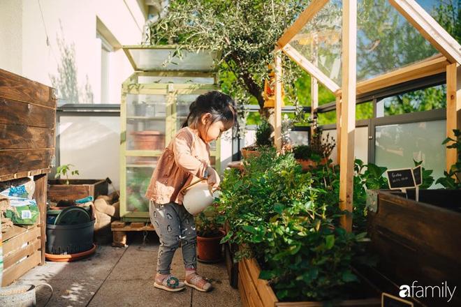 Cuộc sống êm đềm như tranh của đôi vợ chồng trẻ người Việt ở Đức: Dù sống giữa vùng dịch vẫn bình thản trồng rau, làm bánh, đưa con đi dạo giữa rừng cây - Ảnh 3.