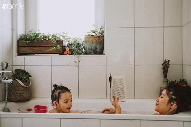 Cuộc sống êm đềm như tranh của đôi vợ chồng trẻ người Việt ở Đức: Dù sống giữa vùng dịch vẫn bình thản trồng rau, làm bánh, đưa con đi dạo giữa rừng cây - Ảnh 7.