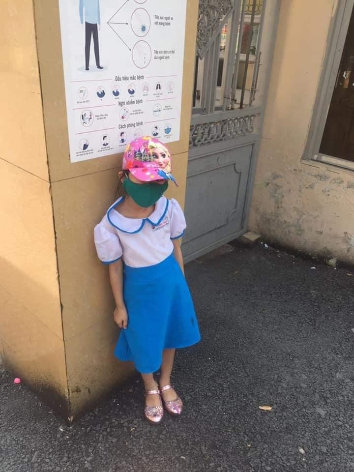 Vụ bé gái tiểu học bị cô giáo không cho vào lớp, đứng giữa trời nắng vì đi học sớm, phụ huynh bức xúc:
