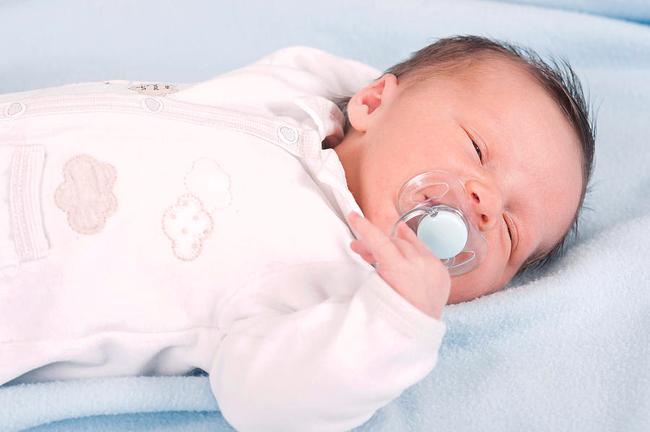 Con vừa mới sinh mà nhiệt độ thời tiết lên đến 38 độ C, có nên cho bé nằm điều hòa hay không? - Ảnh 1.