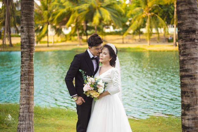 Cô dâu 65 tuổi lấy chồng ngoại 24 tuổi khoe ảnh cưới
