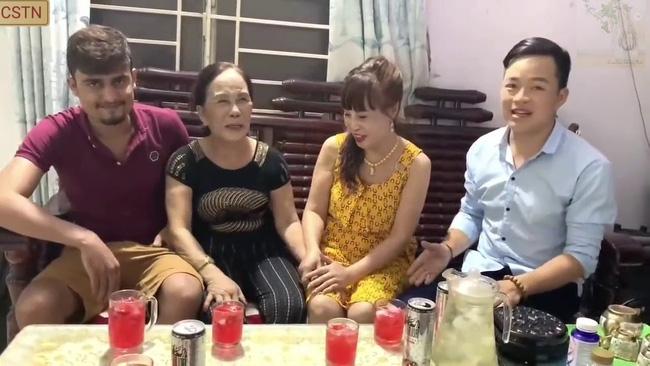 Cô dâu 65 tuổi lấy chồng Tây mới 24 khoe ảnh cưới