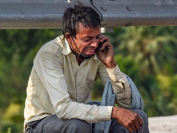 Bức ảnh người đàn ông ngồi khóc thảm thiết bên vệ đường lan truyền trên MXH và câu chuyện đằng sau đầy đau thương - Ảnh 1.