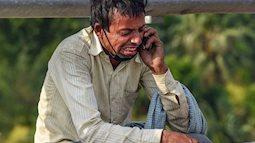 Bức ảnh người đàn ông ngồi khóc thảm thiết bên vệ đường lan truyền trên MXH và câu chuyện đau thương phía sau